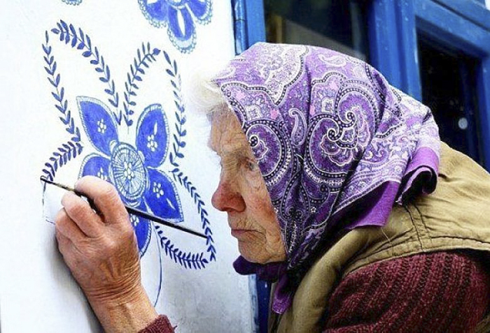 This 87-year-old old woman has embellished the world with fabulous paintings. Beneath her hands are real works of art! 2