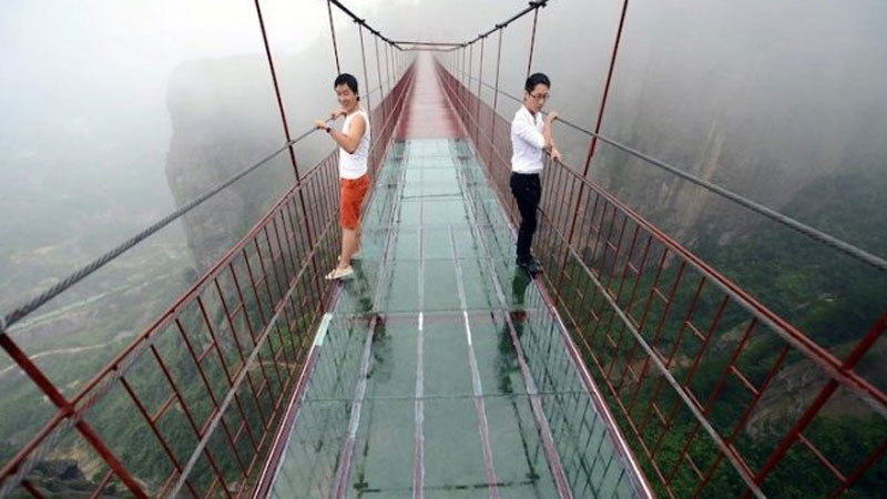 A famous glass bridge in China was breaking at the feet of tourists! These seconds of horror were recorded on film 3