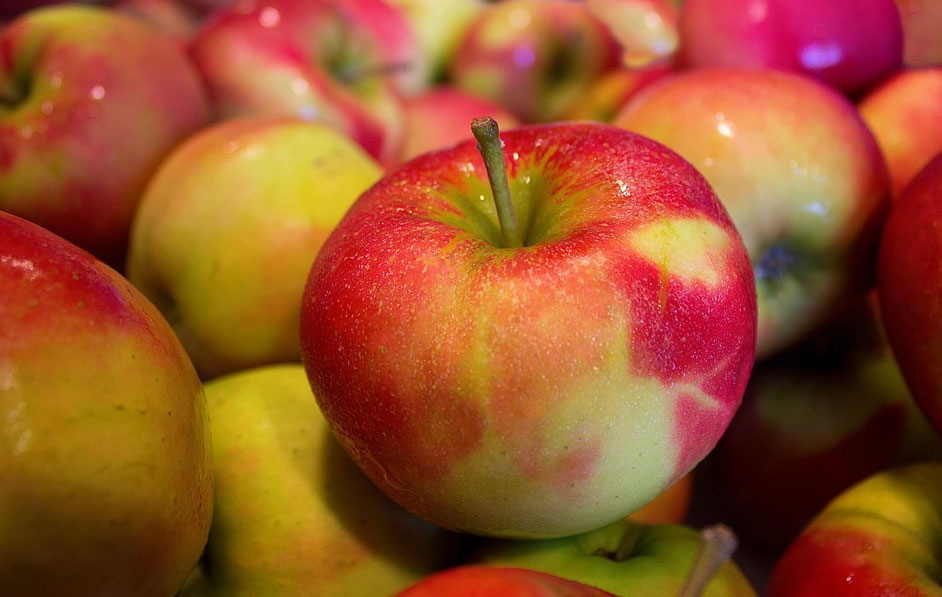 Kupujecie błyszczące jabłka, a w domu myjecie je tylko pod bieżącą wodą? To poważny błąd! Zobaczcie, ile wosku jest na owocach i jak się go pozbyć