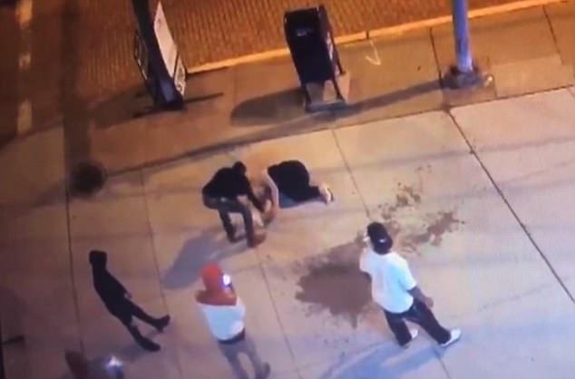 Na ulicy pełnej ludzi została brutalnie pobita. Przechodnie woleli nagrać filmik niż jej pomóc, a jeden z nich ukradł jej telefon!