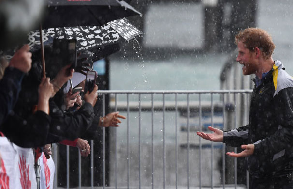 This 97-year-old senior citizen woman waited 7 hours in the rain to meet Prince Harry. When the time came, there was something she did not even dream of 4