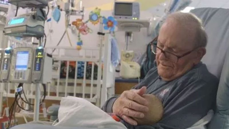 He has been coming to the hospital for 12 years and hugs newborns when their parents cannot be there! For doctors and children, it is a real treasure 2