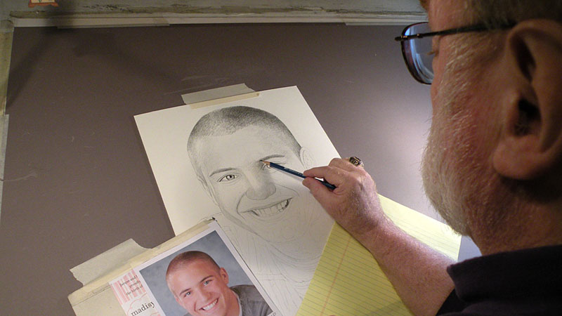 Miał duszę artysty, ale poszedł do wojska i ołówek zamienił na karabin. Dziś robi coś niezwykłego: maluje portrety zaginionych żołnierzy