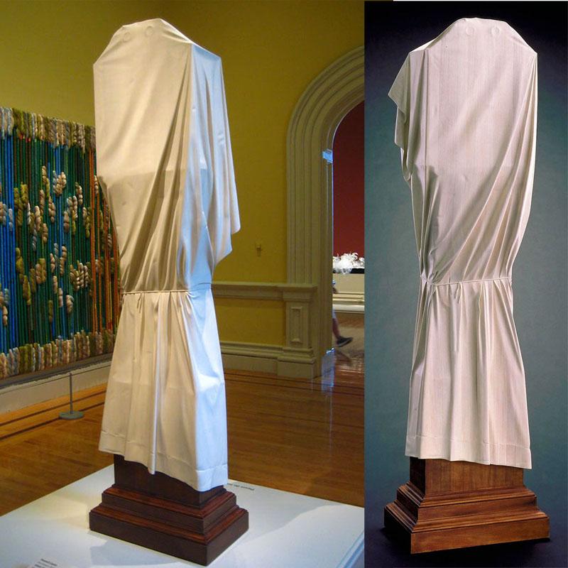 Wszyscy zastanawiali się, dlaczego rzeźba w muzeum jest zakryta, dopiero po przeczytaniu notatki odkrywali prawdę