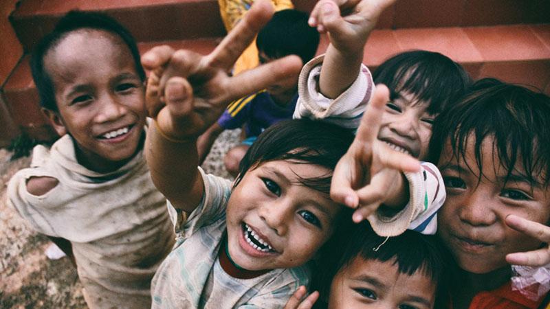 Dziecięca radość zamknięta w jednej fotografii. Z pozoru zwykłe zdjęcie, ale gdy się przyjrzymy, zobaczymy ważny szczegół...