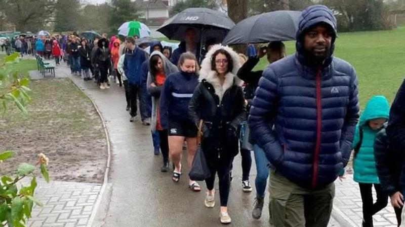 5 tys. ludzi godzinami stało w strugach deszczu. Powód, dla którego to zrobili przywraca wiarę w ludzkość