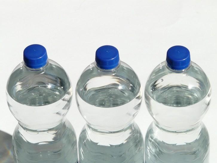 Hiszpanie zostawiają butelki z wodą w pobliżu swoich domów. Robią to z jednego sprytnego powodu!