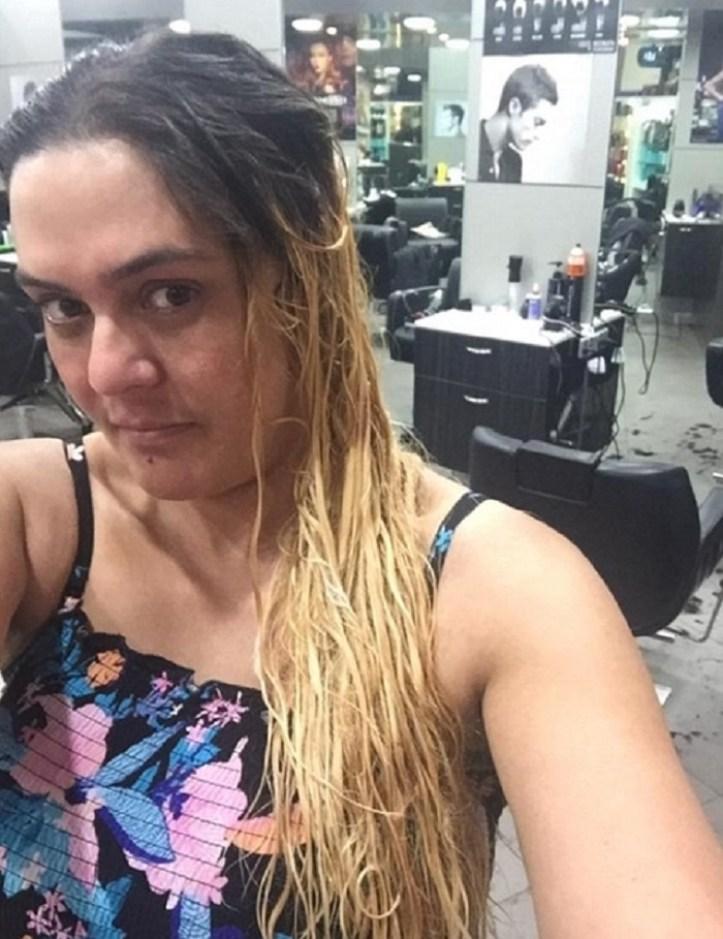 Drogi stylista zniszczył jej włosy! Z pomocą przyszedł lokalny fryzjer. Efekt jest niewiarygodny!