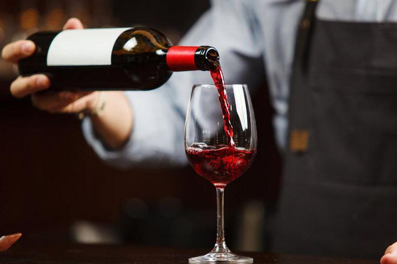 Jak odróżnić prawdziwy alkohol od podróbki? Zwróć uwagę na te 6 szczegółów i nie przepłacaj!