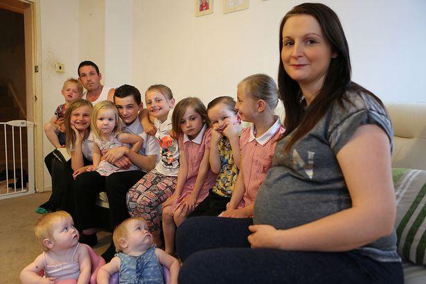"""Bezwstydna matka żyje z zasiłków na 13 dzieci. Nazywają ją """"królową benefitów"""""""