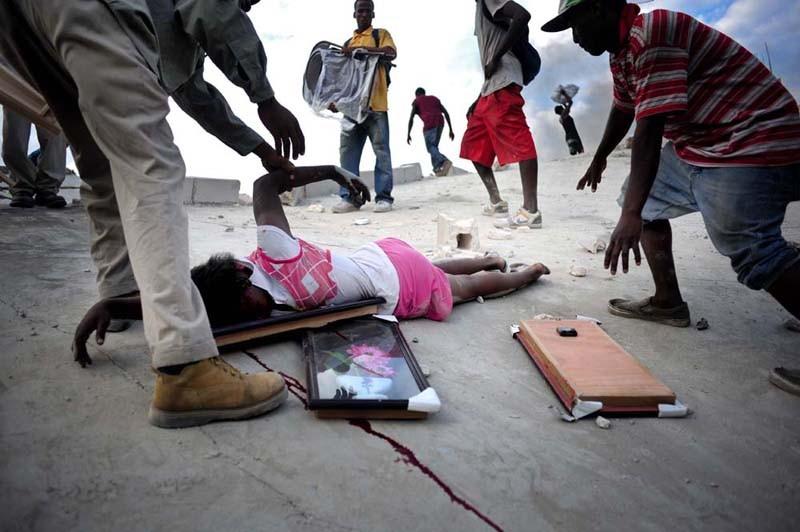 Niczym sępy zgromadzili się nad jej ciałem. To zdjęcie mówi więcej niż 1000 słów