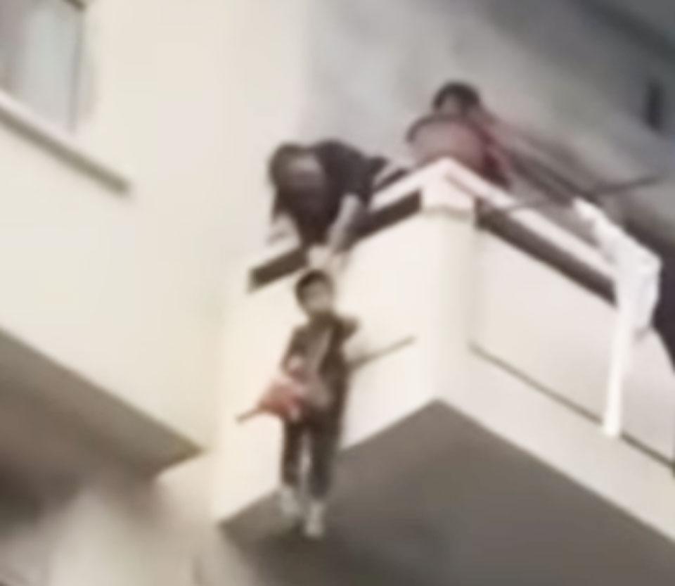 Babcia spuściła wnuczka z balkonu, aby zdobyć kota. Zwierzę okazało się ważniejsze niż dziecko!