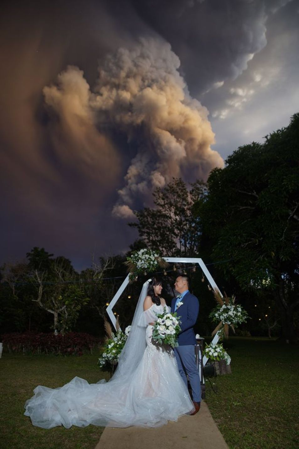 Gdy brali ślub, wybuchł wulkan! Zdjęcia z uroczystości są jednocześnie oszałamiające i przerażające