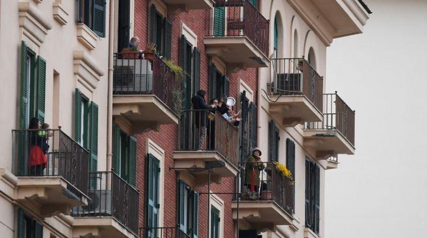 Spontaniczne koncerty na balkonach zawędrowały z Włoch do Polski. Zobacz balkonowy występ Michała