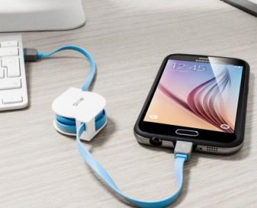 Le câble de charge rétractable Olixar Micro USB & Lightning en utilisation