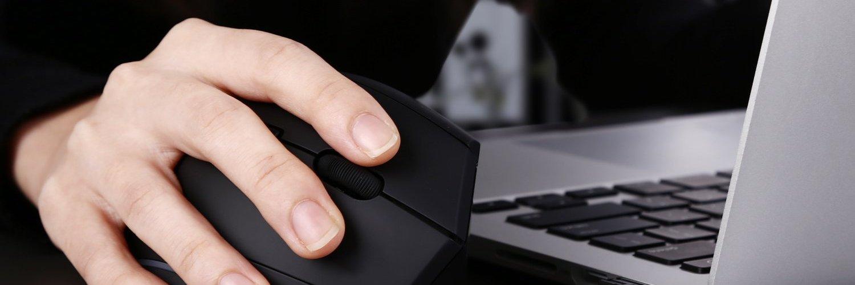 Position naturelle de la main sur la souris ergonomique verticale sans fil Aukey
