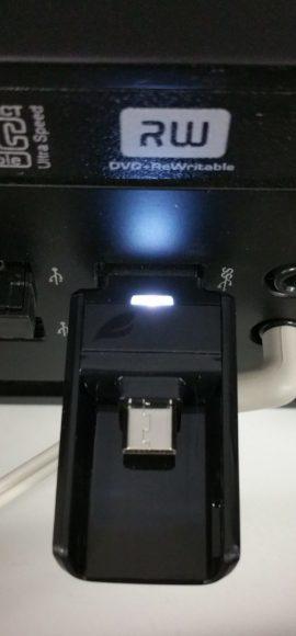 La clé micro USB Leef Bridge 3.0 16 Go noire connectée à un ordinateur