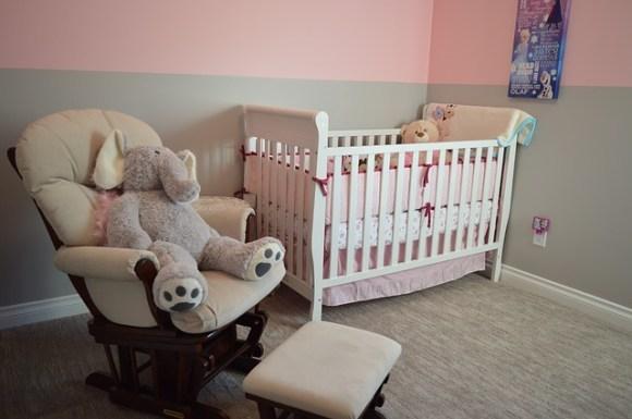 La chambre du bébé doit être personnalisée pour qu'il se sente bien.