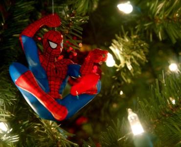 spiderman sapin noel - Quels cadeaux offrir à un proche geek sans se ruiner ?