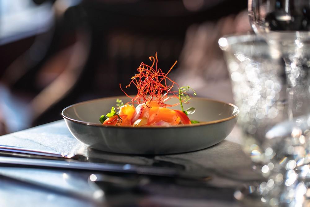 Recette du Tataki de Saumon au miel et la moutarde de la Cheffe Tomoko Gunji Hangarer, du restaurant La Muña à La Réserve Eden au Lac