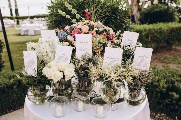 disposition-des-assises-affichage-avec-des-fleurs