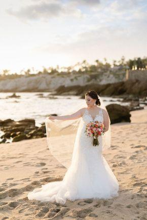 mariée de plage avec robe en dentelle