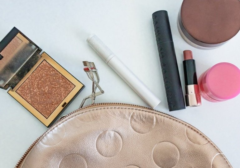 WHAT'S IN MY TRAVEL MAKEUP BAG? FABULOUS PRODUCTS TO PACK FOR YOUR TRIP!
