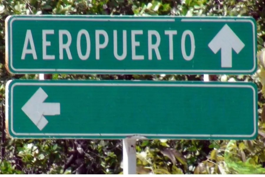 Road sign that says airport in Spanish