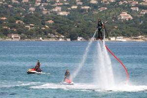 flyboard à sainte maxime près de stropez mais aussi rando en jet ski sur les côtes varoises
