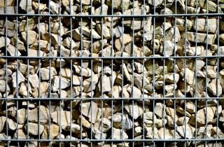 Die Gabionenmauer mit Steinen
