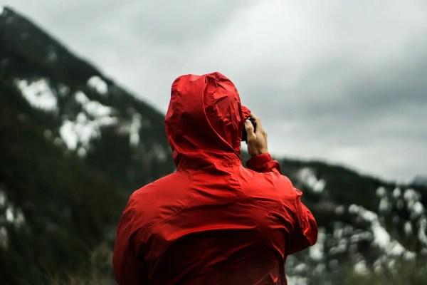 Hombre con chaqueta roja en la montaña
