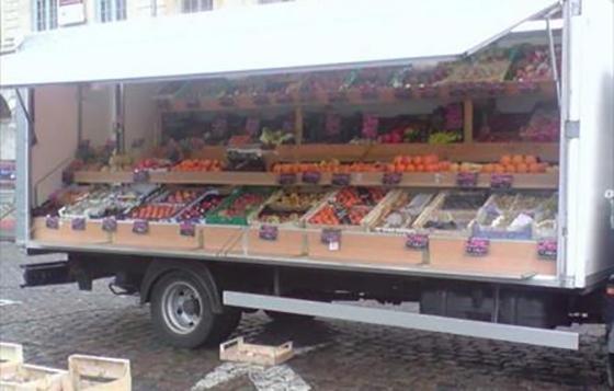Un vendeur de fruits agressé et son camion incendié