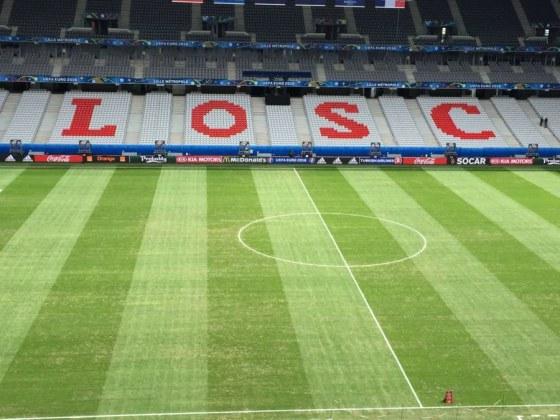 La pelouse du Stade de Lille a été peinte en vert pour cacher les zones abîmées