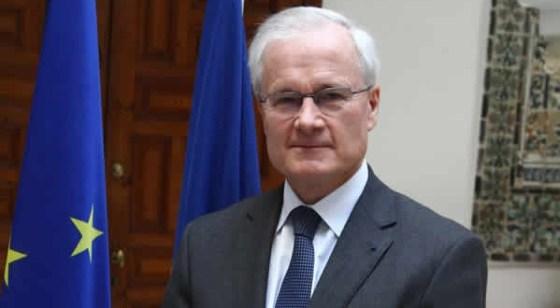 L'ambassadeur de France remet des documents historiques