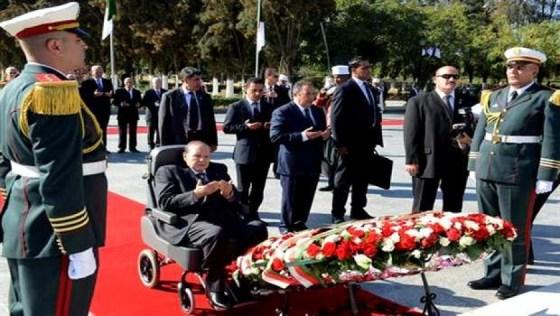 Le président Bouteflika se recueille à la mémoire des martyrs de la Révolution