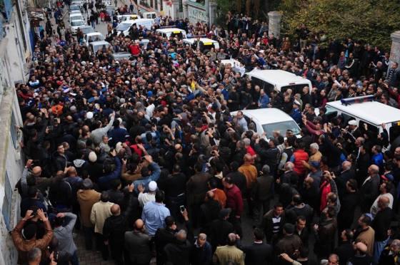 Une marée humaine aux funérailles d'Ezzahi