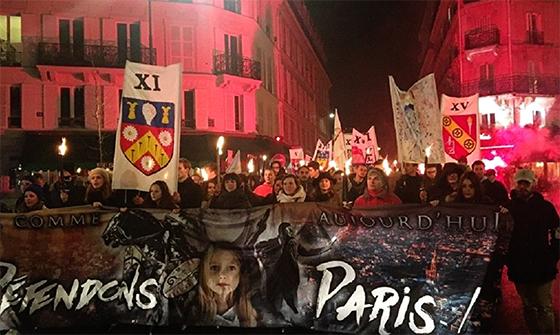 De mystérieux activistes manifestent flambeaux en main à Paris