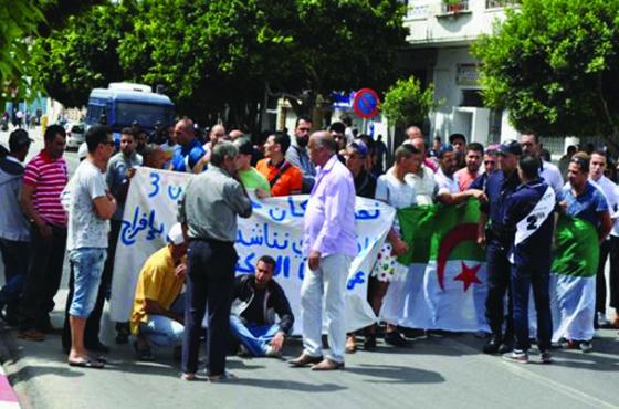 Des habitants des constructions illicites bloquent la voie publique