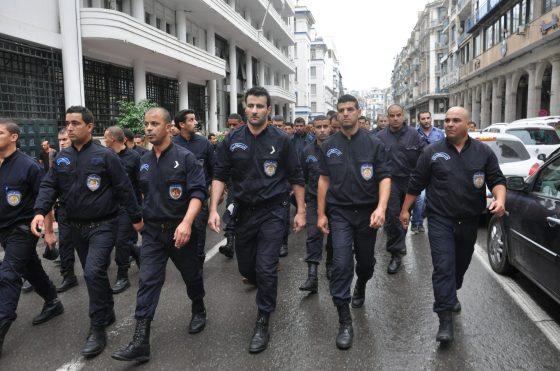 Les policiers devant la présidence