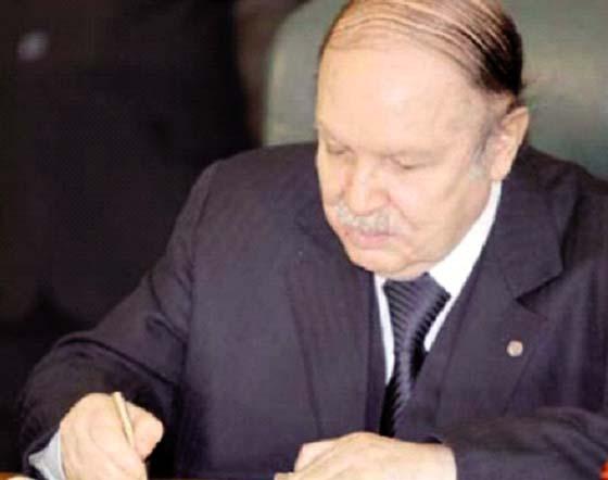 Le président Bouteflika signe la loi de finances 2018
