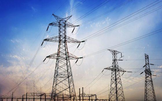 Les vents violents privent 50 000 foyers d'électricité
