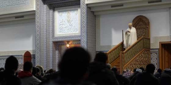 Les algériens prient pour les martyrs du crash