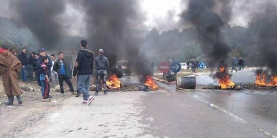 Les habitants de Tamda bloquent le trafic routier