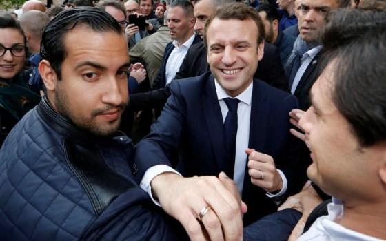 En tenue de CRS, un conseiller  d'Emmanuel Macron tabasse des manifestants