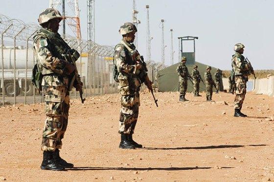 Trois terroristes armés se rendent aux autorités militaires