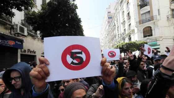 5e mandat:  Les étudiants reprennent la protesta
