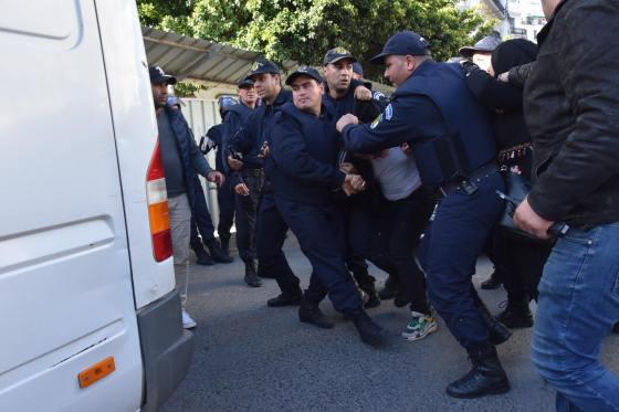 27 policiers blessés et 108 manifestants arrêtés