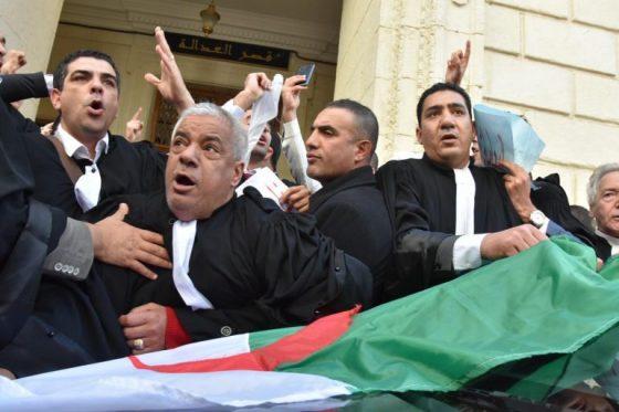 Les « capistes » protestent devant le siège de l'ordre des avocats