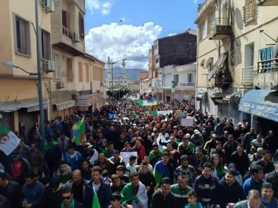 Marche des communaux et fonctionnaires à Béjaïa