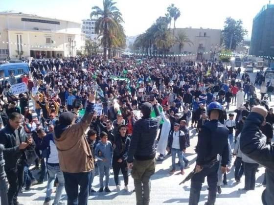 Constantine : Les manifestants débattent à ciel ouvert